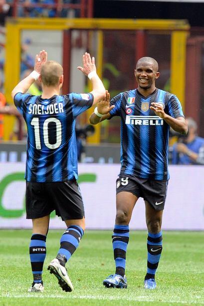 Los dos autores de los goles del Inter y un saludo que los pone segundos...