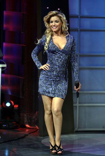 Además nos presumió un vestido azul ultra ajustado que realzaba su belle...