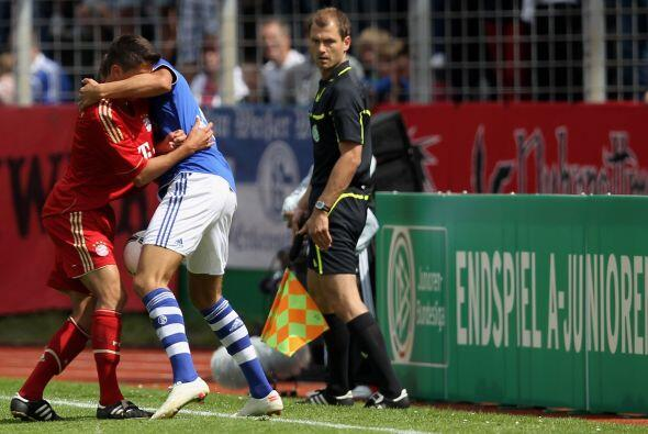 """""""Un paso doble"""" el que se echaron Rene Klingenburg (der) del Schalke y A..."""