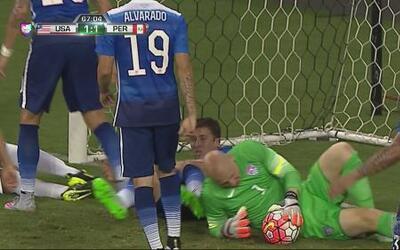 Renato Tapia le cae a patadas a Guzan tratando de anotar
