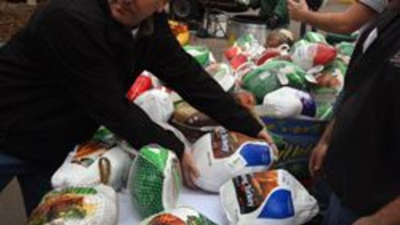 Grupos en Los Angeles regalan cenas de Accion de Gracias (Thanksgiving)...