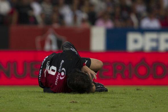 El rojinegro Luis Neri Caballero cayó dentro del área tras un choque con...