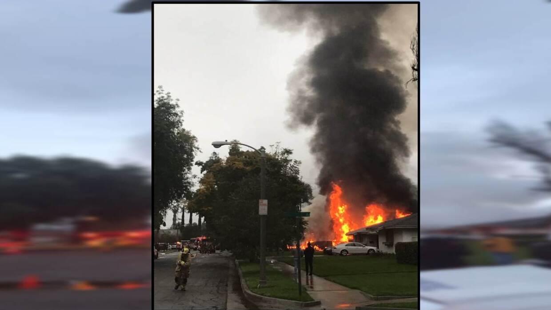 Casa incendiada en Riverside luego de que se estrellase contra ella una...