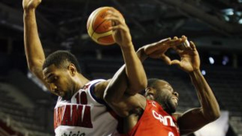 Denham Brown de Canada y Josimar Ayarza de Panamá disputan una pelota.