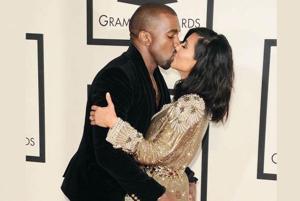 OMG! Le plantó tremendo beso a su esposa.