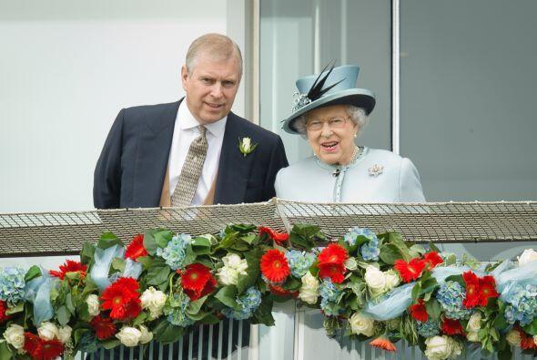 """Ante dicha """"bomba"""" la reina Isabel II pidió explicaciones a su hijo, el..."""