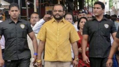 El empresario Pankaj Parakh, luciendo la lujosa y pesada prenda y bien a...