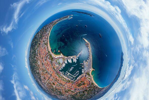 Ver a la rivera francesa de Cannes, Francia, desde este panoarama, te pr...