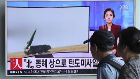 Los surcoreanos siguen los detalles del lanzamiento de misiles desde la...