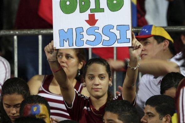 La aficionada venezolana no anduvo con reparos, mostró el cartel...