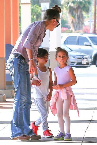 Max y Emme con su niñera. Mira aquí los videos más chismosos.