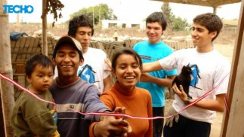 A través de la construcción de viviendas para los más necesitados, Techo...