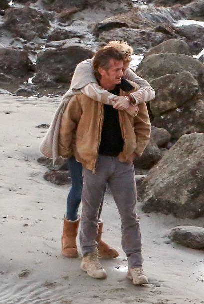 Charlize se colgaba de los hombros de Sean. Más videos de Chismes...