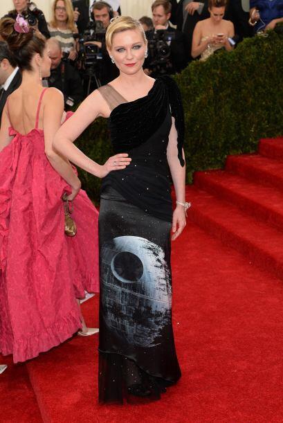 ¿Qué habrá pensado Kirsten Stewart cuando adquirió este vestido? ¡Fatal...