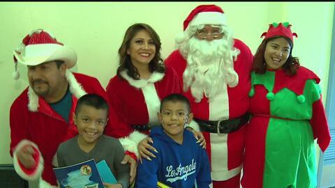 Adelantan Navidad a cientos de niños en escuela de Los Ángeles