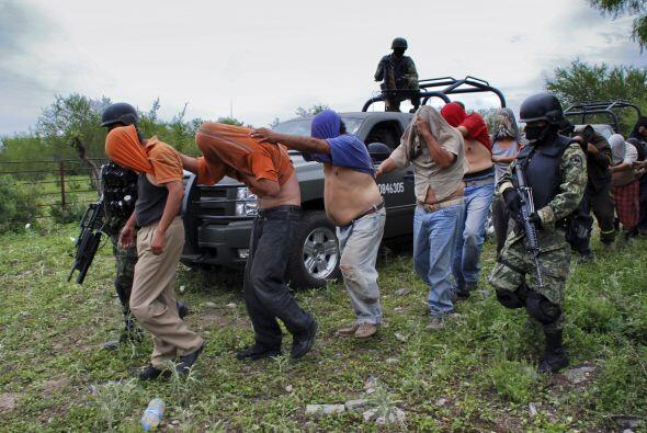 Un grupo de personas secuestradas por presuntos narcotraficantes son esc...