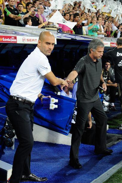 Los técnicos, Josep Guardiola y José Mourinho, se saludaro...