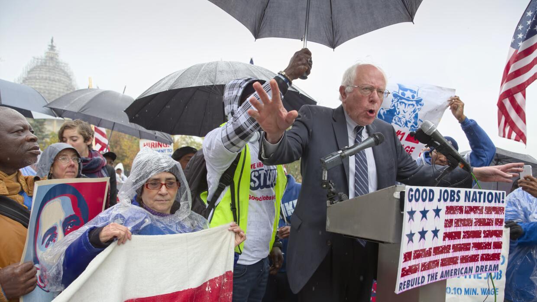 Sanders habla con empleados de mantenimiento del Capitolio en Washington
