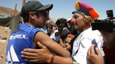 El minero Jimmy Sánchez (izq.) -uno de los 33 rescatados- se saluda con...