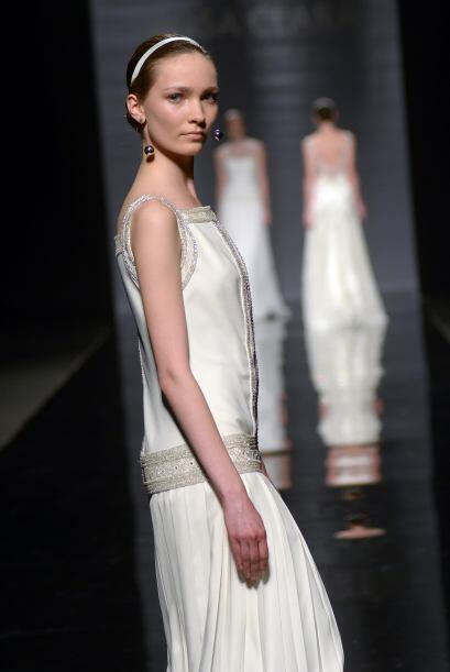 CLARISA: El vestido de satén en color marfil bordado con peder&ia...