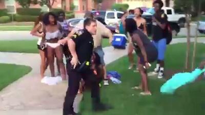 Policía saca arma en fiesta de adolescentes