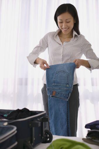 Para los pantalones, lo mejor es guardarlos doblados en un cajón,...
