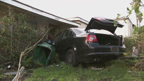 Conductor que era perseguido por la policía quedó incrustado en una casa...