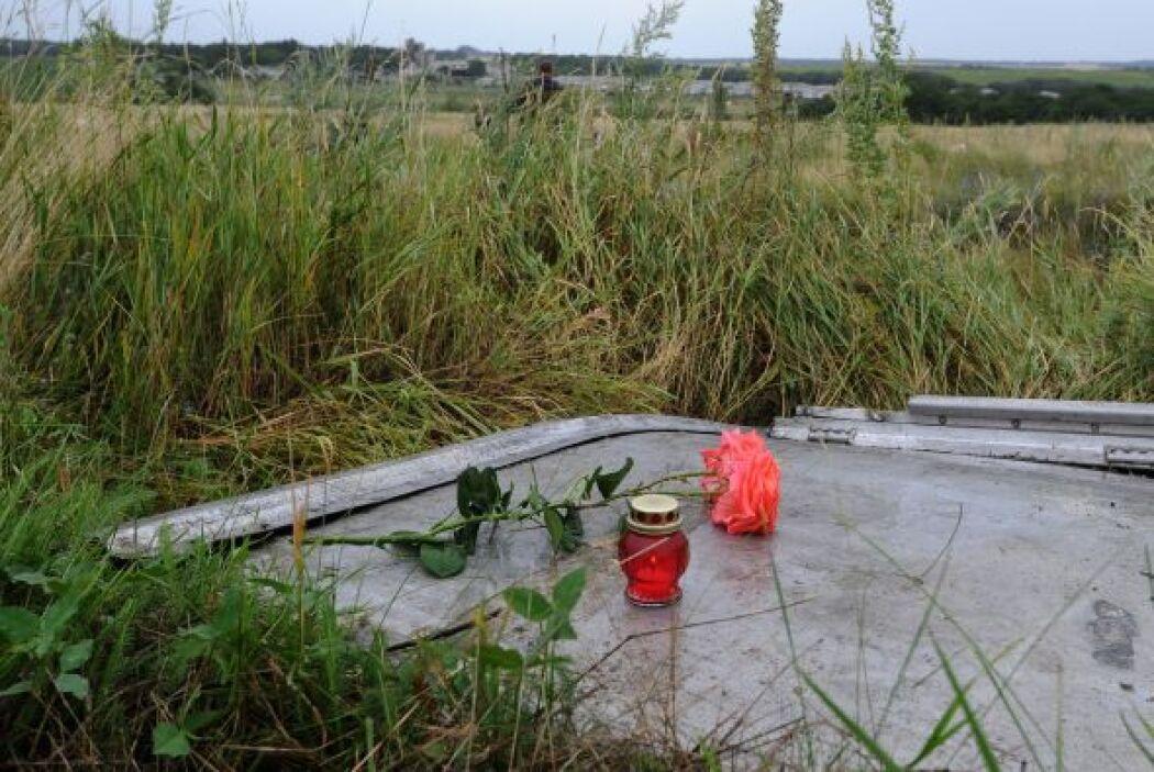 Algunos habitantes colocaron veladoras sobre los restos del avión.