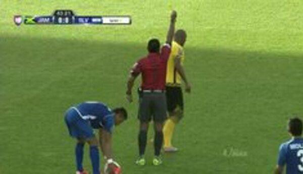 Tarjeta amarilla. El árbitro amonesta a Rodolph Austin de Jamaica