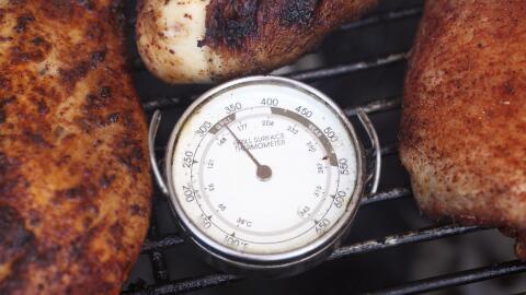 Termómetro análogo registra la temperatura al momento de la cocción.