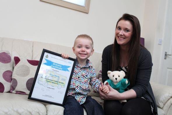 Tras la recuperación de su madre, este niño recibió un reconocimiento a...
