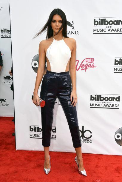 Kendall usó un top muy escotado a los lados. Mira aquí lo...