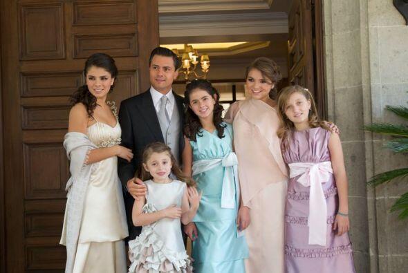 En la casa de Gobierno, el mandatario estatal posó junto con sus hijas P...