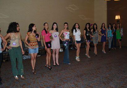 Al parecer las chicas ya tienen bien dominado el porte y postura que deb...
