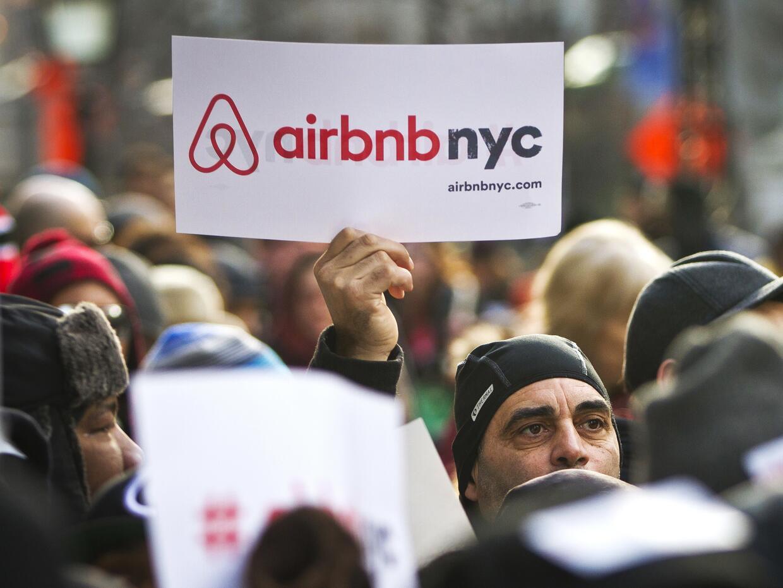 Personas a favor de la empresa de renta de viviendas Airbnb realizan una...