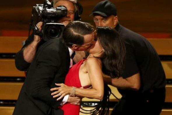 Bryan Cranston y Julia Louis-Dreyfus se dieron tremendo beso.