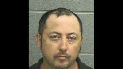 Eleazar Cisneros se hizo pasar por policía para multar a un conductor, p...