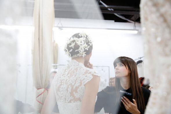 En velos, bordados, aplicaciones, encajes, peinados y accesorios, las fl...