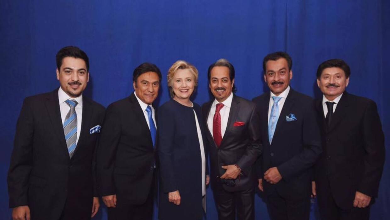 En apoyo a Hilary Clinton, los Tigres del Norte desfilan como Miss House...