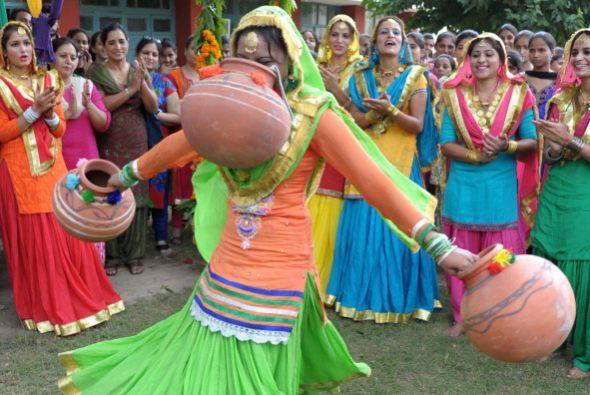 Las mujeres indias celebran el festival Teej con motivo del mes de Sawan...