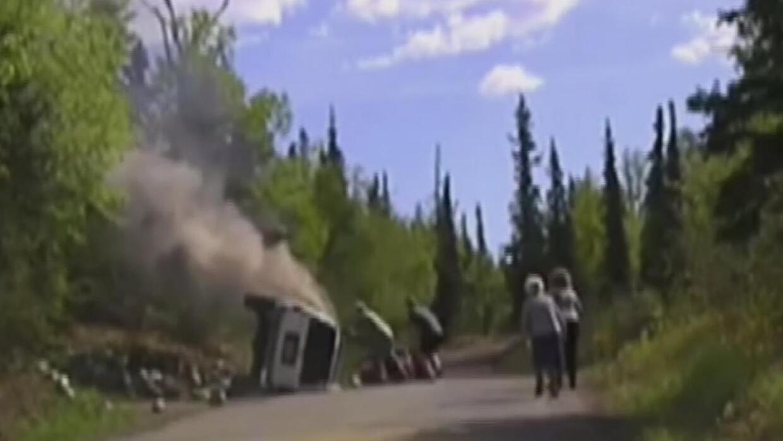 Rescatan a conductor atrapado en auto en llamas en carretera de Alaska