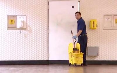 Liang Zhao Zhang, empleado de limpieza en una estación del metro.