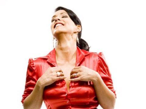 No cabe duda que el rojo le sienta divino a este presentadora, ¿a...