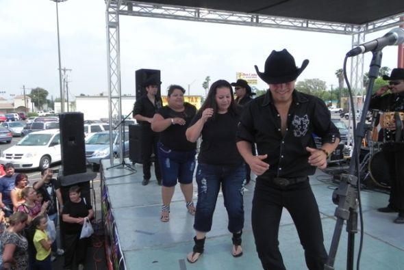 La gente bailó y cantó con la música de Immposible.