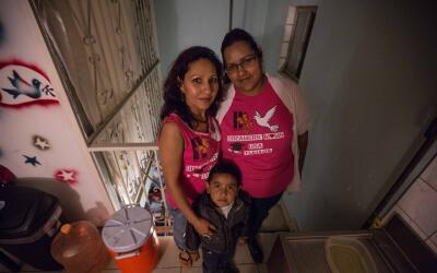 Bertha Sánchez (derecha) dejó EEUU al terminar el bachille...