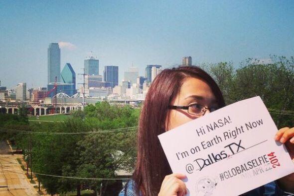 Esta chica desde Dallas, Texas cumplió con tomar la foto desde el exteri...