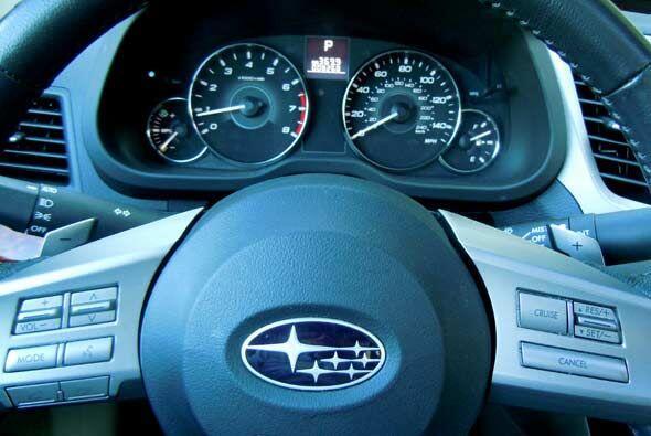 El volante presenta los controles de audio, control crucero y comandos b...