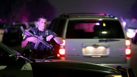 Un oficial cerca del lugar donde se produjo el tiroteo.