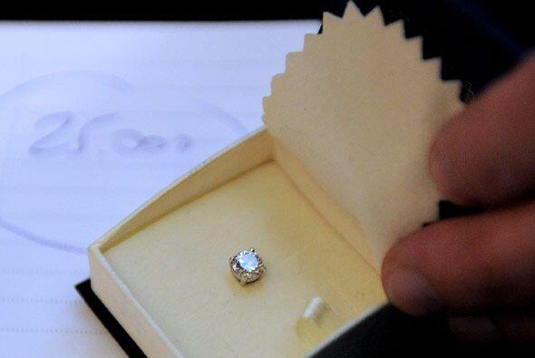 El zarcillo con un diamante que solía usar Diego Armando Maradona...