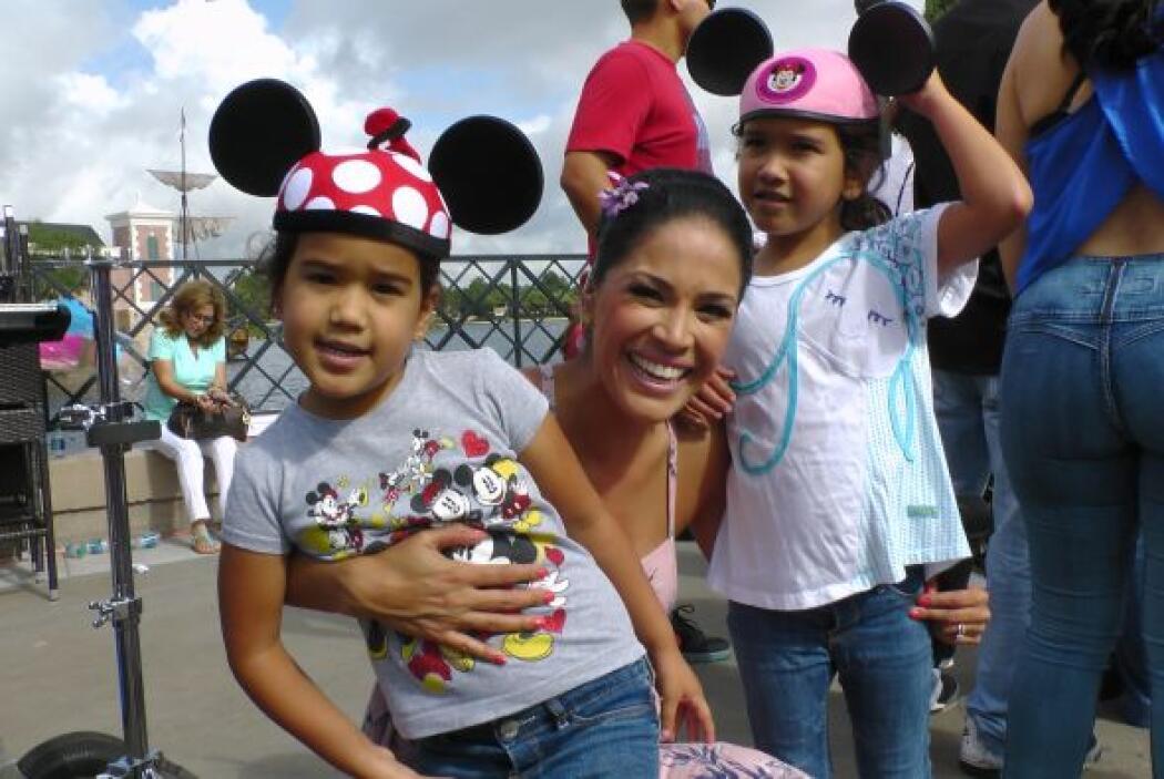 Karla Martínez nos regaló la mejor de sus sonrisas junto a tan lindas ra...